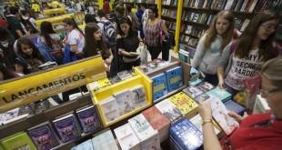 22ago2014---visitantes-na-23-bienal-internacional-do-livro-de-sao-paulo-no-pavilhao-de-eventos-do-anhembi-1408727008908_1024x682